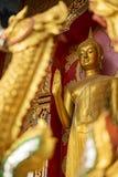 在寺庙的金黄菩萨雕象 免版税库存照片