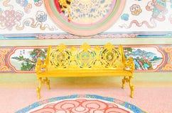 在寺庙的金黄长凳 库存图片