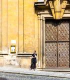 在寺庙的门的一次重要交谈 库存照片
