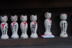 在寺庙的Kokeshi玩偶 免版税库存照片