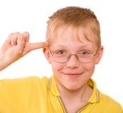 在寺庙转弯附近的男孩手指 免版税库存图片