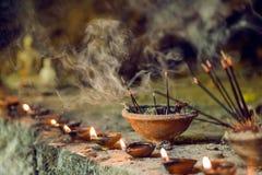 在寺庙里面的灼烧的芳香香火棍子 为祈祷菩萨或印度神表示尊敬激怒 库存图片