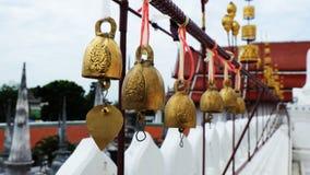 在寺庙里面的金黄佛教响铃 免版税库存照片