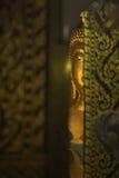 在寺庙门后的菩萨雕象 免版税库存图片