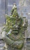 在寺庙附近的古老石雕塑 免版税库存照片
