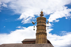 在寺庙顶部的宗教金子标志 库存照片