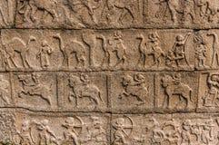 在寺庙,亨比,卡纳塔克邦,印度的古老bareliefs 图库摄影