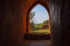 在寺庙,在缅甸(Burmar)的Bagan的道路 免版税库存图片