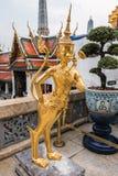 在寺庙,曼谷玉佛寺的金黄Kinnari雕象在盛大宫殿 库存图片