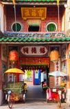 在寺庙,槟榔岛,马来西亚附近的人力车三轮车 库存图片