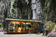 在寺庙batu里面的人们使吉隆坡陷下 免版税库存照片