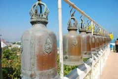 在寺庙Khao Chon Buri的山姆Muk的大黄铜响铃在泰国 免版税库存图片