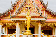 在寺庙Nakhonphanom泰国的菩萨雕象 免版税图库摄影