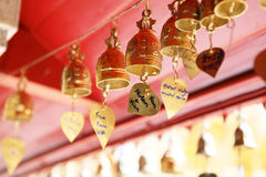 在寺庙pharathat的祈祷响铃 库存照片