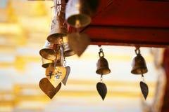 在寺庙pharathat的祈祷响铃 库存图片