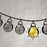 在导线乱画的手拉的电灯泡 库存图片