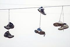 在导线的三双夫妇老运动鞋 库存照片