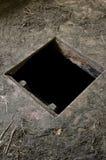 在导致地窖的老房子地板的孔 库存照片