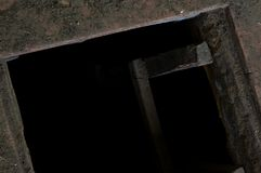 在导致地窖的老房子地板的孔 免版税库存图片