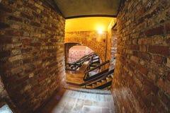 在导致室的古老城堡的窗口 库存图片