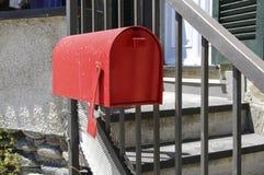 在导致房子的台阶附近的红色邮箱 库存图片