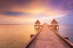 在导致海洋地平线的人行道的美好的日落 库存照片