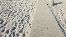在导致海的海滩的木小径 股票录像