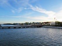 在导致游轮终端的琥珀色的小海湾的长的码头 免版税库存照片