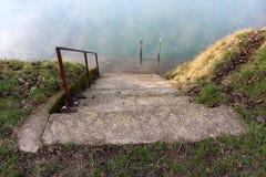 在导致被充斥的河的河岸的具体步鄹 库存照片