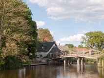 在导致在heartlan的一个村庄的flatford磨房的桥梁 图库摄影