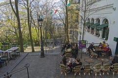 在导致蒙马特上面的台阶的一个小咖啡馆  PA 库存图片