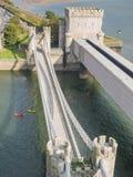在导致Conwy城堡,威尔士的桥梁的看法 库存照片