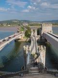 在导致Conwy城堡,威尔士的桥梁的看法 免版税库存照片