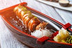 在寿司小船的煮熟的虾 库存照片