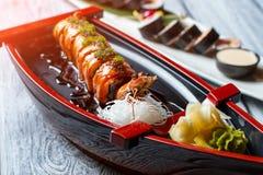 在寿司小船的虾 库存照片