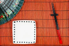 在寿司席子的两双筷子 库存图片