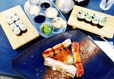 在寿司的集合不同的类型的日本食物用海草沙拉和在服务的gari姜在日本餐馆上 免版税图库摄影