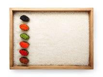 在寿司的顶视图gunkan在白米背景的木制框架和纹理拷贝间隔,隔绝 免版税库存图片