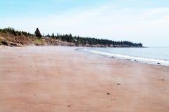 在封印小海湾沙子海滩的薄雾 库存图片