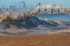 在封印海滩,加利福尼亚的冬天Shorebreak 图库摄影