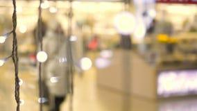 在射击冲走的人民在商业购物中心进来 购物中心的Defocused人 购物中心的人们 股票录像