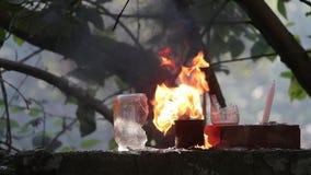 在射击的两个玻璃瓶子之间的火热的火焰 影视素材