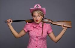 在射击的有吸引力的回到cawbow女孩枪 免版税库存图片