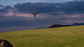 在射击期间,直升机移动 股票录像