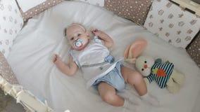 在小儿床的逗人喜爱的矮小的婴孩 股票视频