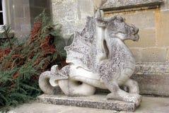 在小农场城堡的龙雕象在Yarpole, Leominster, Herefordshire,英国 库存照片