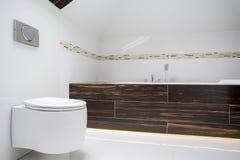 在小卫生间里面的圆的洗手间 免版税库存照片