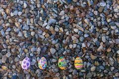 在小卵石的四个复活节彩蛋谎言 免版税库存照片