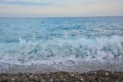 在小卵石的海波浪 库存图片