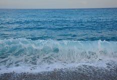 在小卵石的海波浪 免版税库存照片